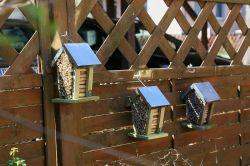 Drei Insektenhotels als Nisthilfe